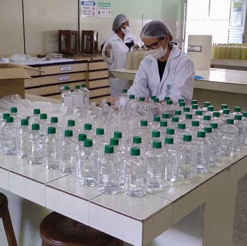 06 Laboratório de Química durante a produção dos itens sanitizantes